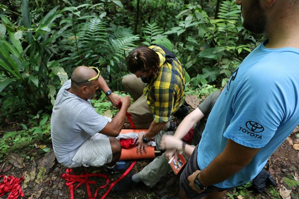 Wilderness First Responder Costa Rica, dealing with improvised leg splint with sleeping mat the jungle
